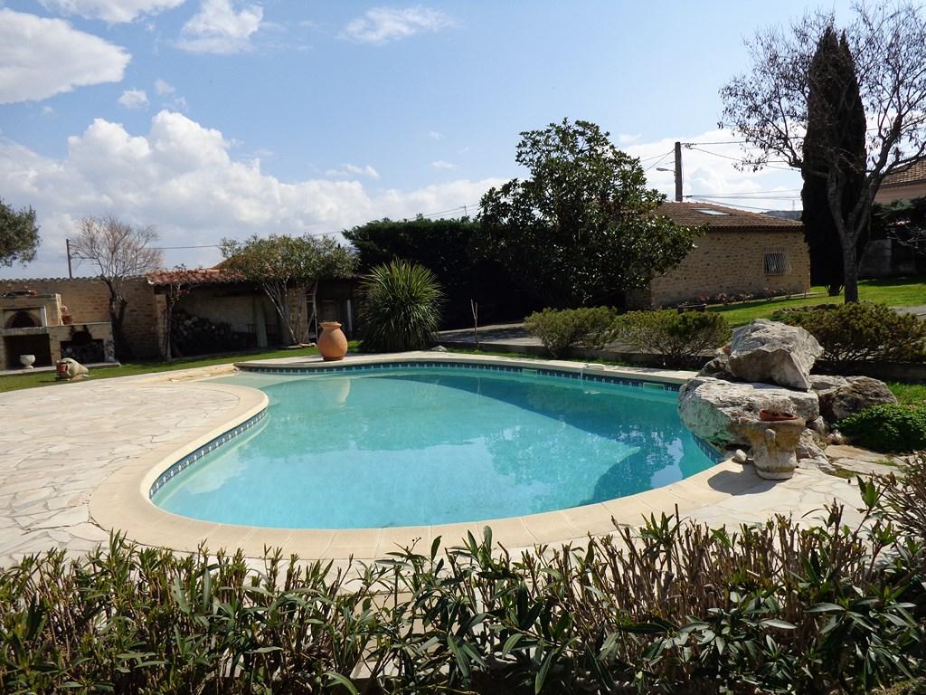villa 4 chambres avec piscine et d pendances gignac la nerthe centre ville immobili re le cabanon. Black Bedroom Furniture Sets. Home Design Ideas